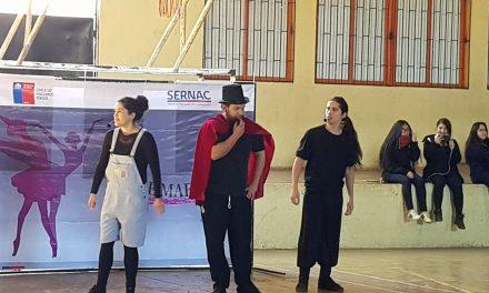 """Alumnos del sistema de educación municipal aprenden sobre economía con obra de teatro """"La clase maestra"""""""