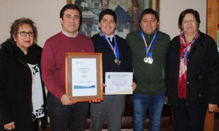 Alumnos de Escuela el Sauce reciben certificado de participación para exposición científica en Emiratos Árabes Unidos