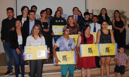 Estudiantes de la educación de adultos reciben computadores portátiles