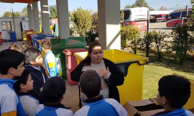 Alumnos de Escuela John Kennedy aprenden sobre ciencia y reciclaje en Punto Verde