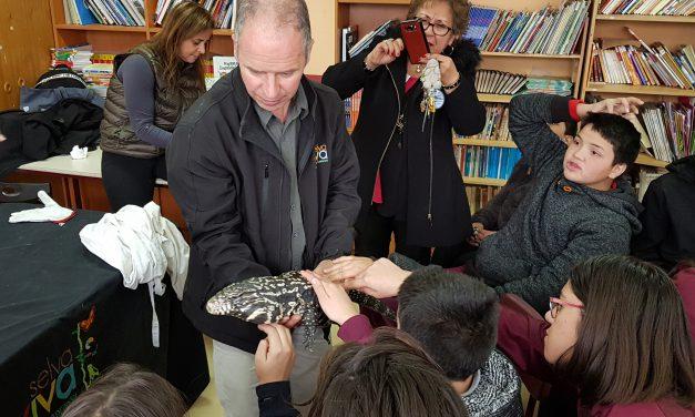 Alumnos de Escuela El Sauce disfrutan de charla sobre animales exóticos