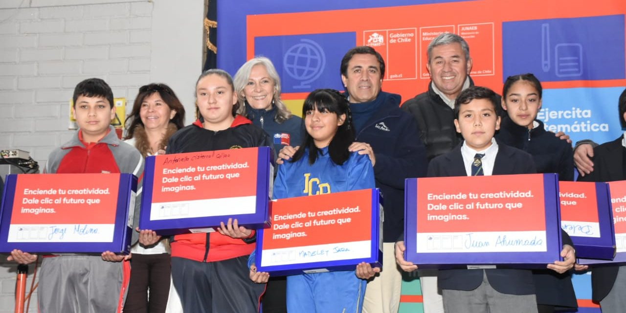 Estudiantes de Los Andes reciben computadores de las becas TIC de Junaeb