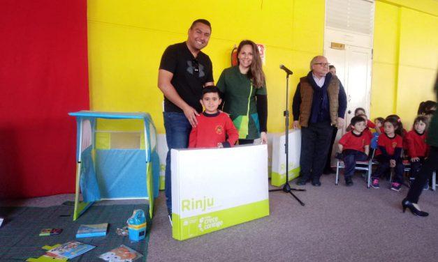Niños de pre escolar de Escuela España reciben Rincón de Juegos