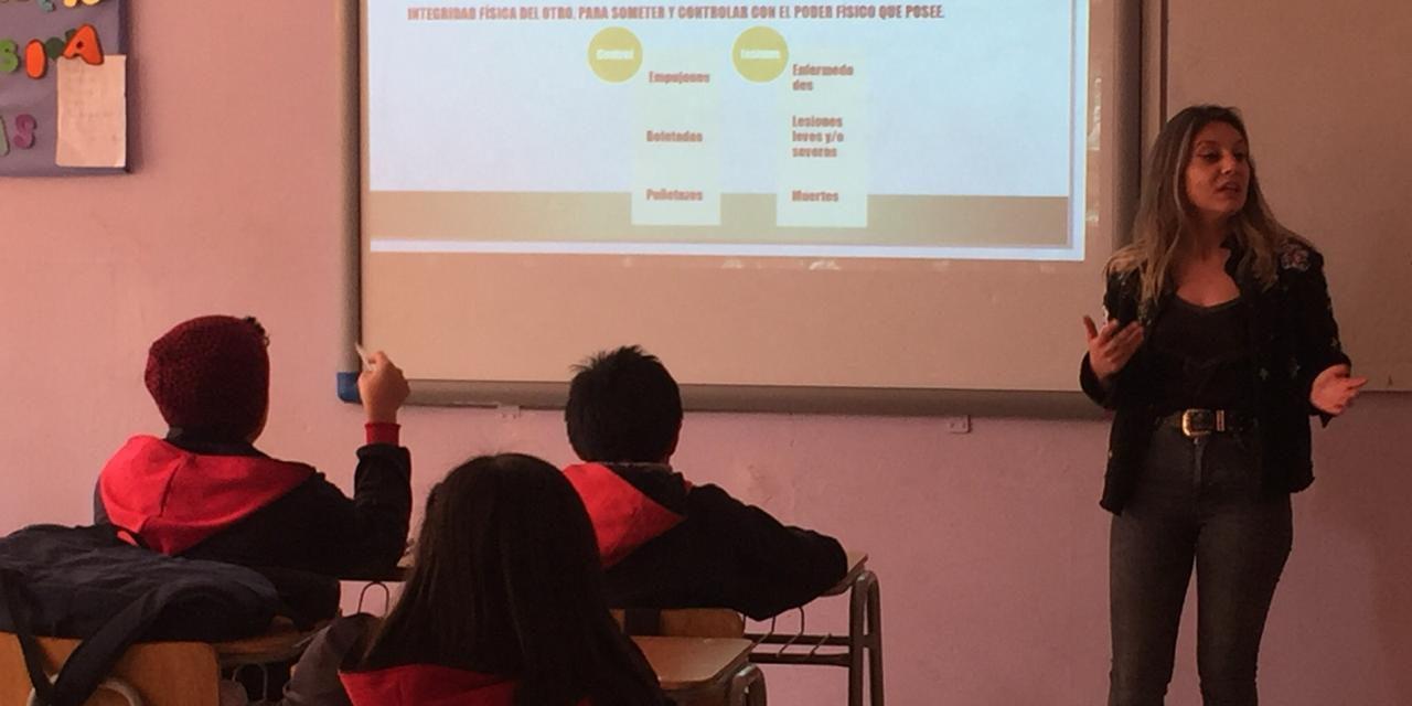 En Escuela España dialogan sobre prevención de la violencia en el pololeo