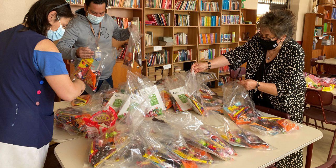 Alumnos de Escuela El Sauce recibieron golosinas en celebración de Halloween