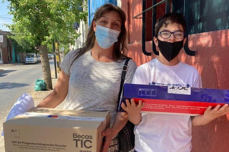 Estudiantes con necesidades educativas especiales de Los Andes reciben computador del Programa Becas TIC de Junaeb