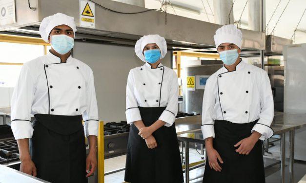 En el día de la Educación Técnico Profesional estudiantes del Liceo Bicentenario Técnico Amancay reciben sus nuevos uniformes